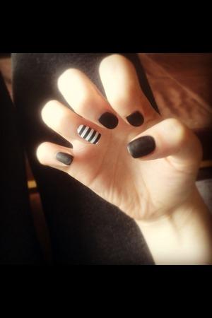Matte black with striped nail foil