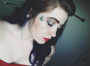 I used to Holly design again for my christmas makeup, but with silver shadows instead of green!