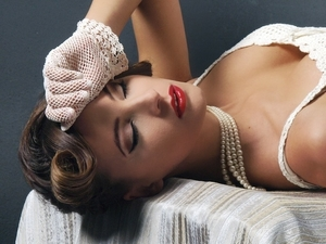 vintage look, cat eyeliner, updo, curled hair, red glossy lip