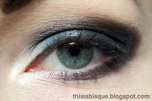 Tutorial: http://thisisbisque.blogspot.ca/2012/01/extreme-black-white-and-silver-smokey.html